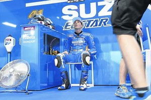 Aleix Espargaró, de 25 años, se relaja en el boxe de Suzuki poco antes de iniciar los entrenamientos del Gran Premio de Catalunya.