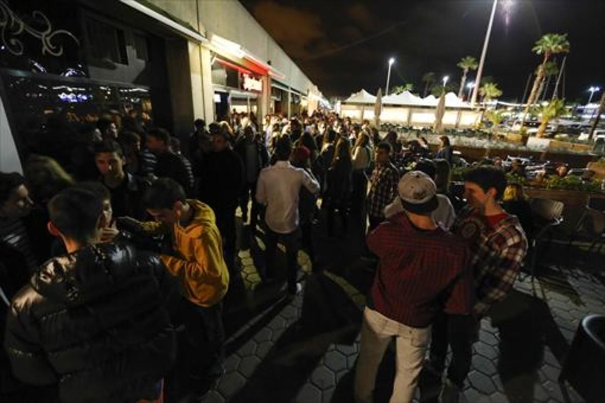 Ambiente habitual en el Port Olímpic en las noches de los viernes.