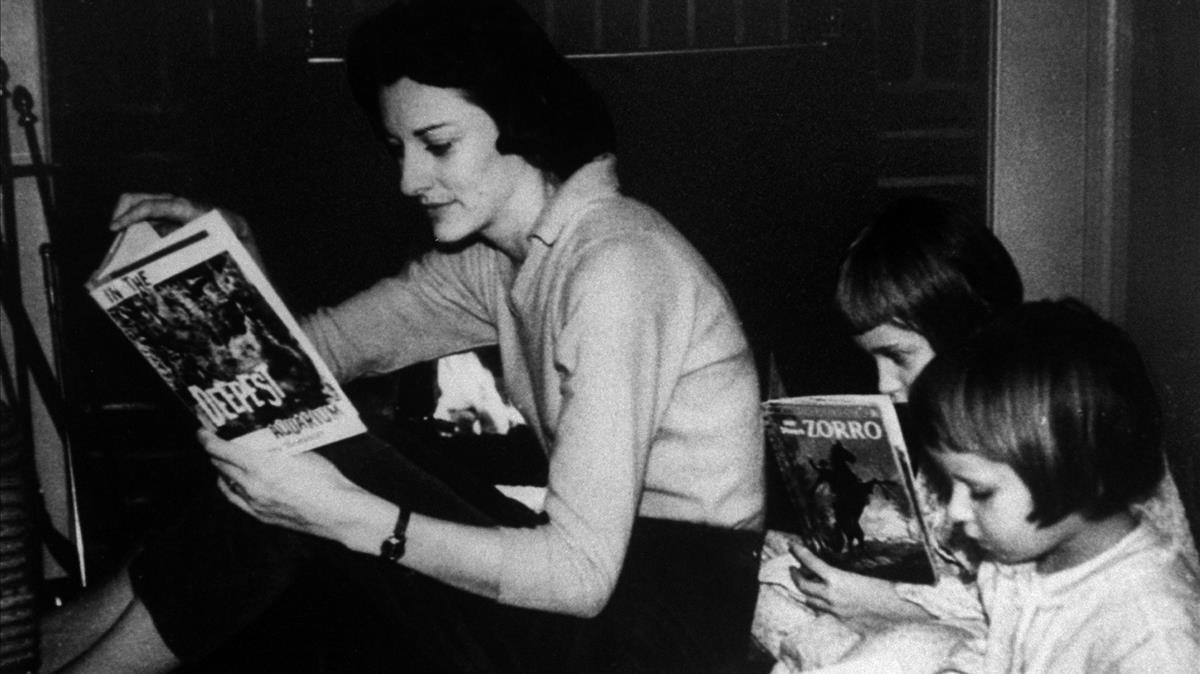 Anne Sexton, junto a sus dos hijas, Linda y Joy.