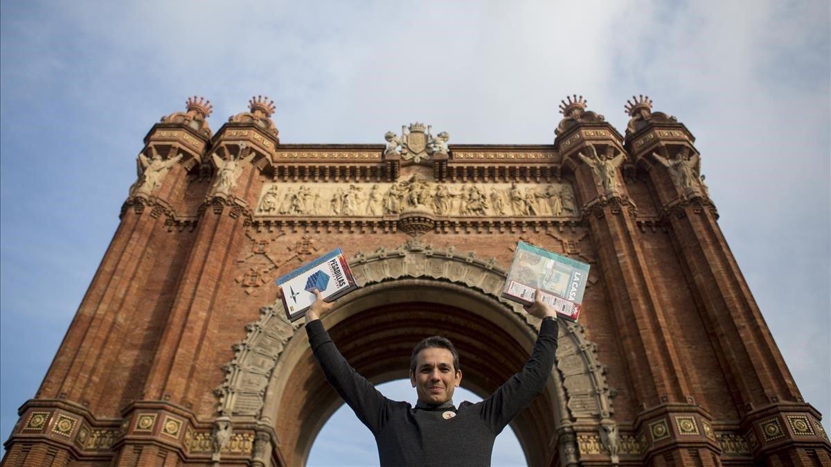 El director general de Norma Editorial posa ante el monumento que más le conecta con su adolescencia.