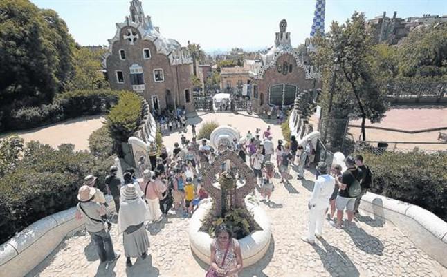 Aspecto de la zona monumental del parque Güell antes de que se cerrara y se establecieran turnos de entrada regulados, previo pago, cuando el lugar recibía 25.000 visitas anuales.