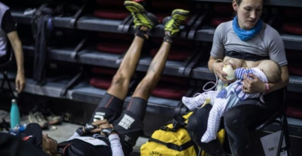 Una atleta dona el pit al seu nadó fent aturades durant una carrera