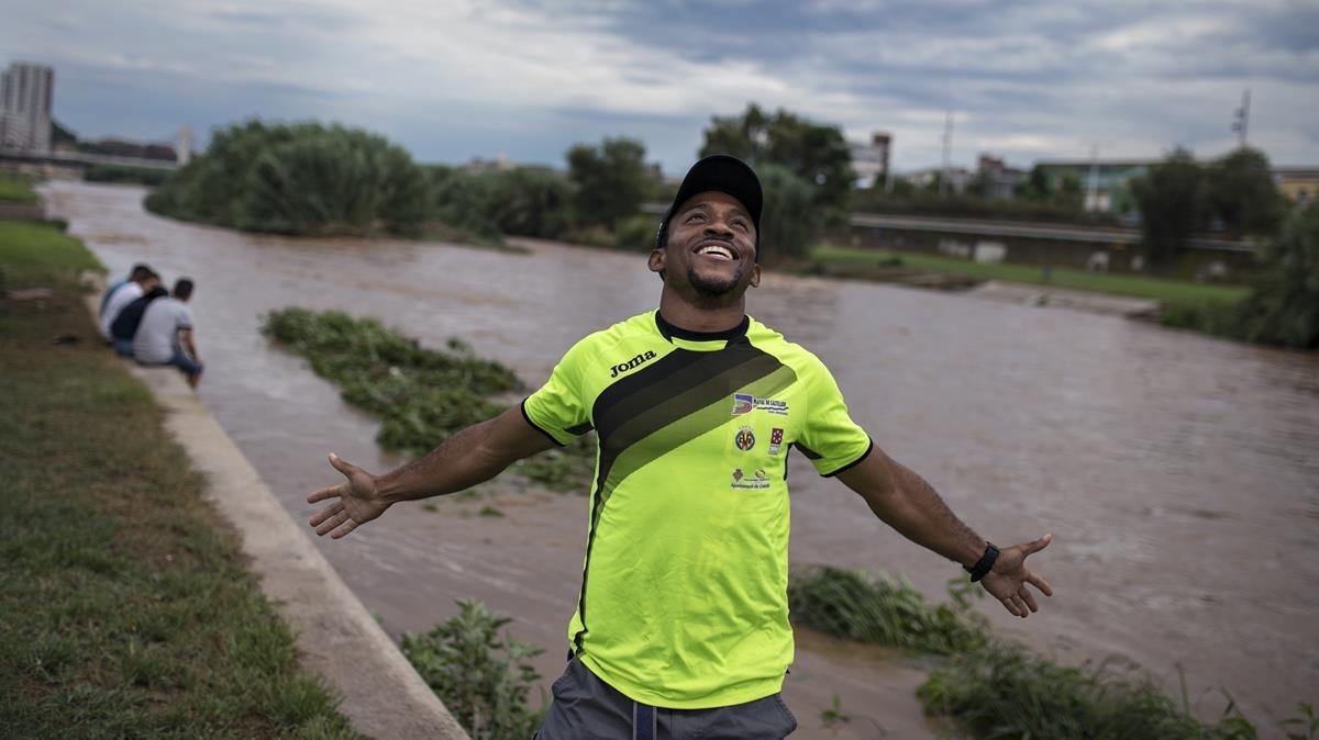 El atleta Patrick Chinedu Ike, en el parque fluvial del río Besòs.