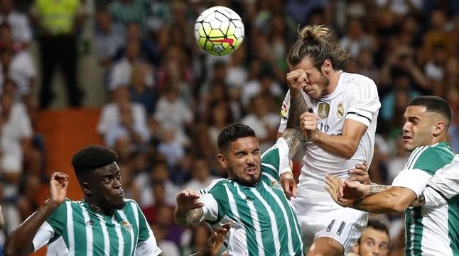 Bale pica de cap la pilota davant tres defenses bètics per marcar el primer gol del Madrid.