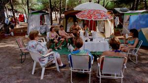 Conversación veraniega de familia en el cámping La ballena alegre de Castelldefels, a medidados de la década de los 90.