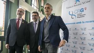 Arcadi Navarro (secretario de Universitats i Recerca de la Generalitat), Àngel Font (director área de Investigación de la Fundación La Caixa) yLuis Serrano (director del CRG), en CosmoCaixa.