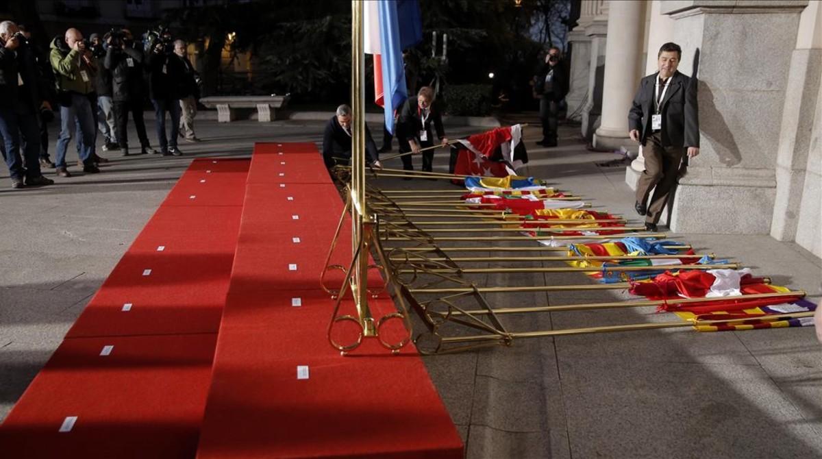 Banderas autonómicas derribadas por el viento.
