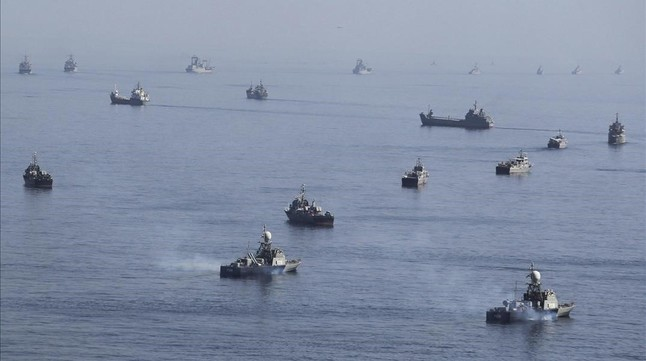 Barcos iranís en unas maniobras cereca del estrecho de Hormuz, en el 2012.