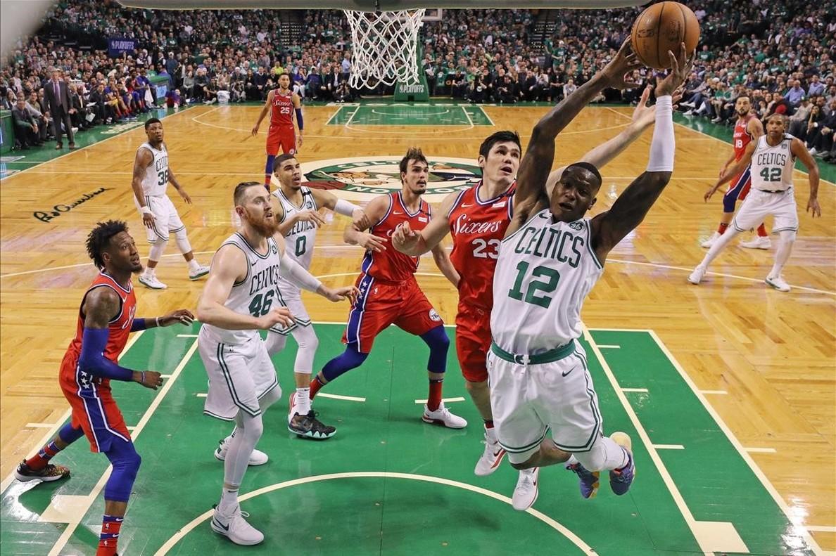 El base de los Celtics Rozier gana un rebote en presencia de Ilyasova