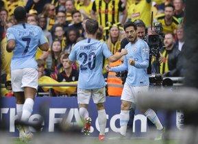 David Silva (d) celebra el primer gol del Manchester City.