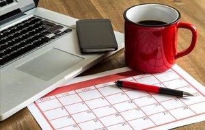 Calendario mensual con ordenador portátil.