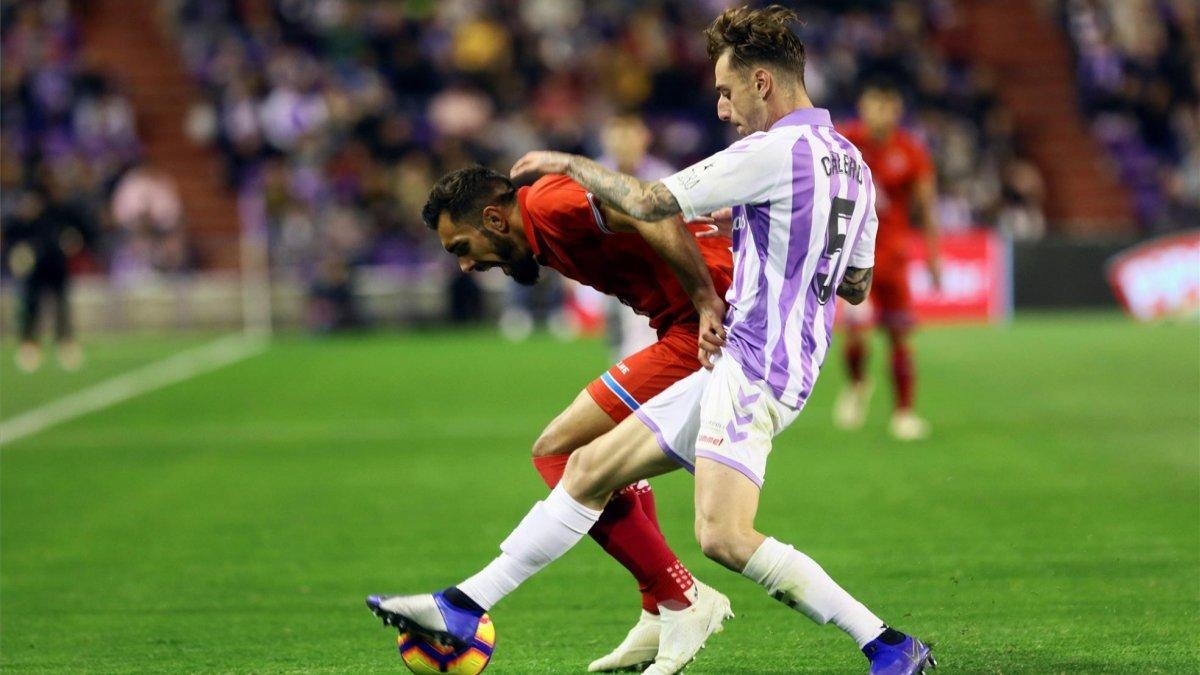 Calero presiona a Borja Iglesias, en el Valladolid-Espanyol de la pasada temporada.