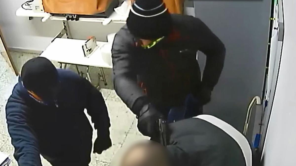 Imagen de uno de los asaltos a punta de pistola.