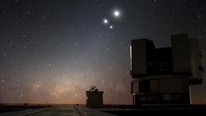 Conjunción entre Venus, Júpiter y la Luna, fotografiada cerca del Very Large Telescope (Chile) en Diciembre de 2009.