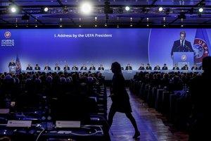 Ceferin, reflejado en la pantalla gigante durante su discurso.