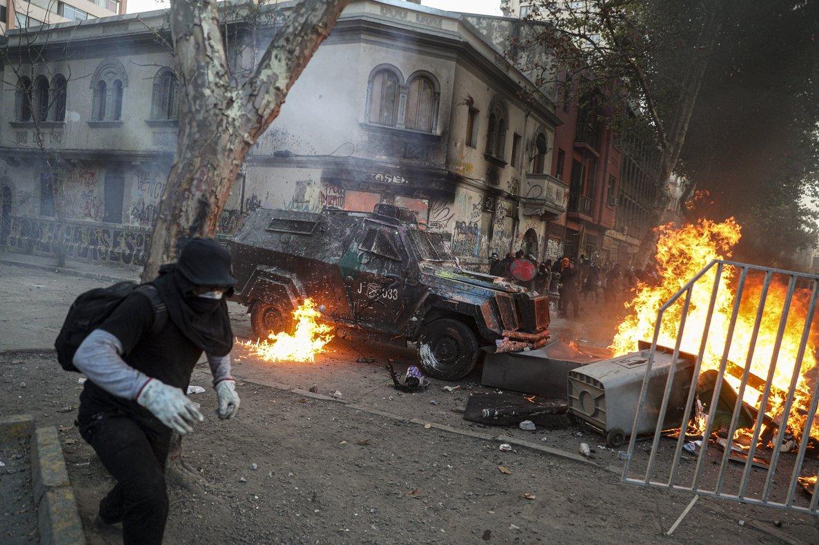 Se mantienen las protestas en la céntrica Plaza Italia — Chile