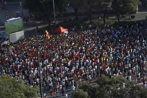Cientos de personas, el pasado día 27 de junio, en plaza Catalunya, frente a la pantalla gigante para ver el partido de la Eurocopa.