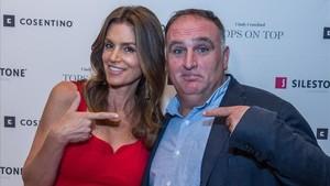 La modelo Cindy Crawford y el chef español José Andrés en Miami