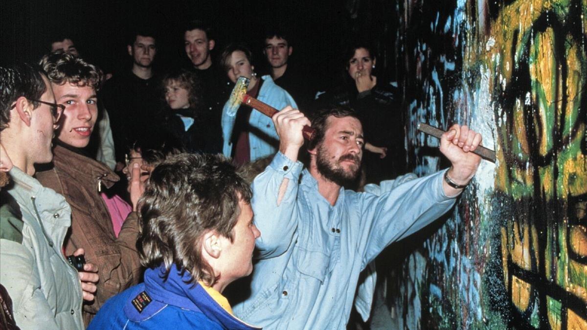 Ciudadanos de la RDA intentan derribar el muro de Berlín, el 9 de noviembre de 1989.