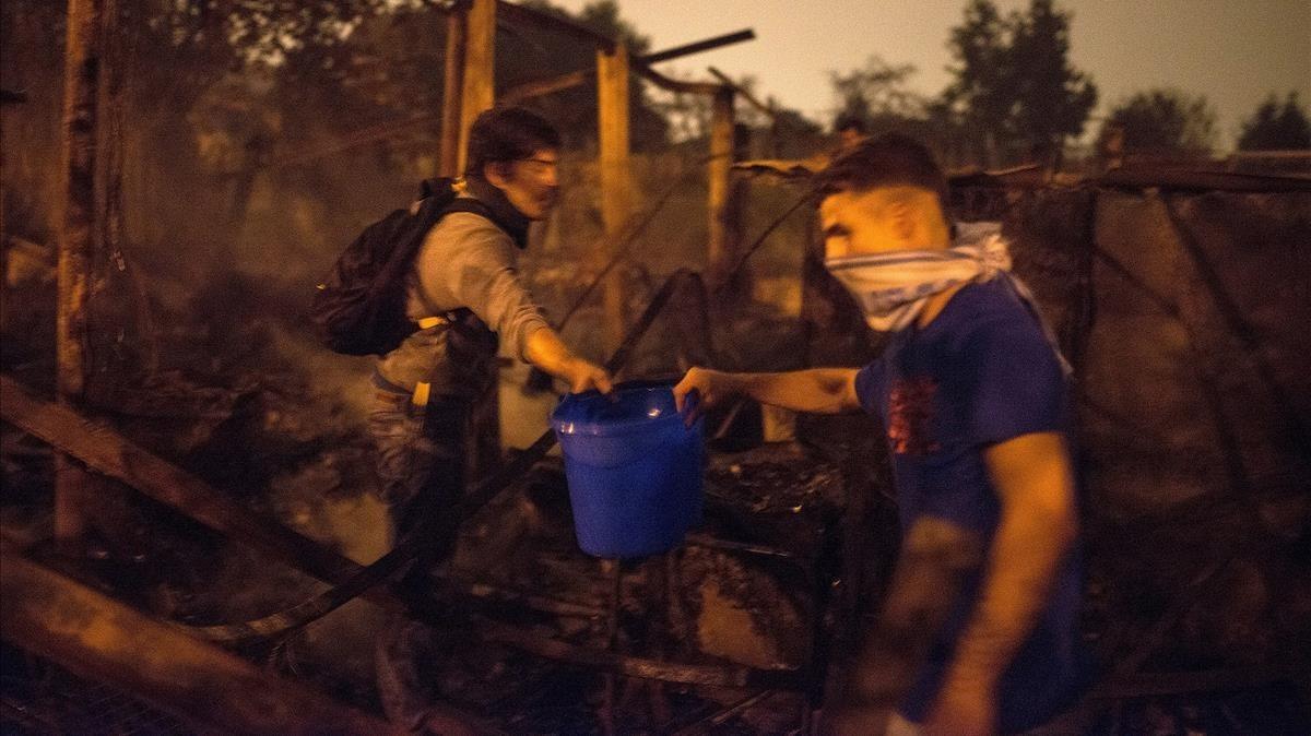 Ciudadanos sofocando el fuego en Vigo.