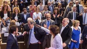 El president Quim Torra felicitado por miembros del Govern tras su intervención en el TNC.