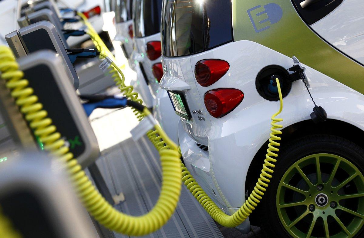 Imagen de un vehículo eléctrico recargándose