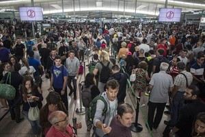 Colas en el aeropuerto de El Prat por la huelga de los vigilantes de Eulen, el pasado 11 de agosto.