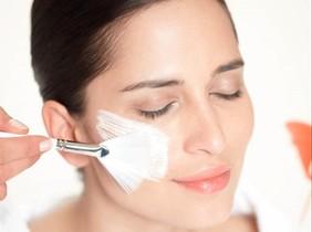 Maria Galland Paris presenta una mascarilla aftersun para hidratar intensamente la piel facial.