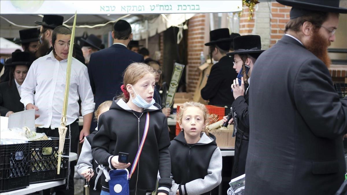 Judíos ultraortodoxos el viernes comprando sin mascarilla en un mercado de Brooklyn, Nueva York.