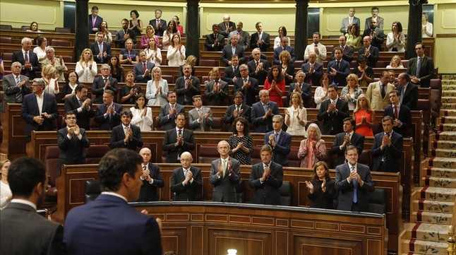 El Congreso de los Diputados aplaude tras el minuto de silencio que se ha guardado como despedida del fallecido socialista Txiki Benegas.