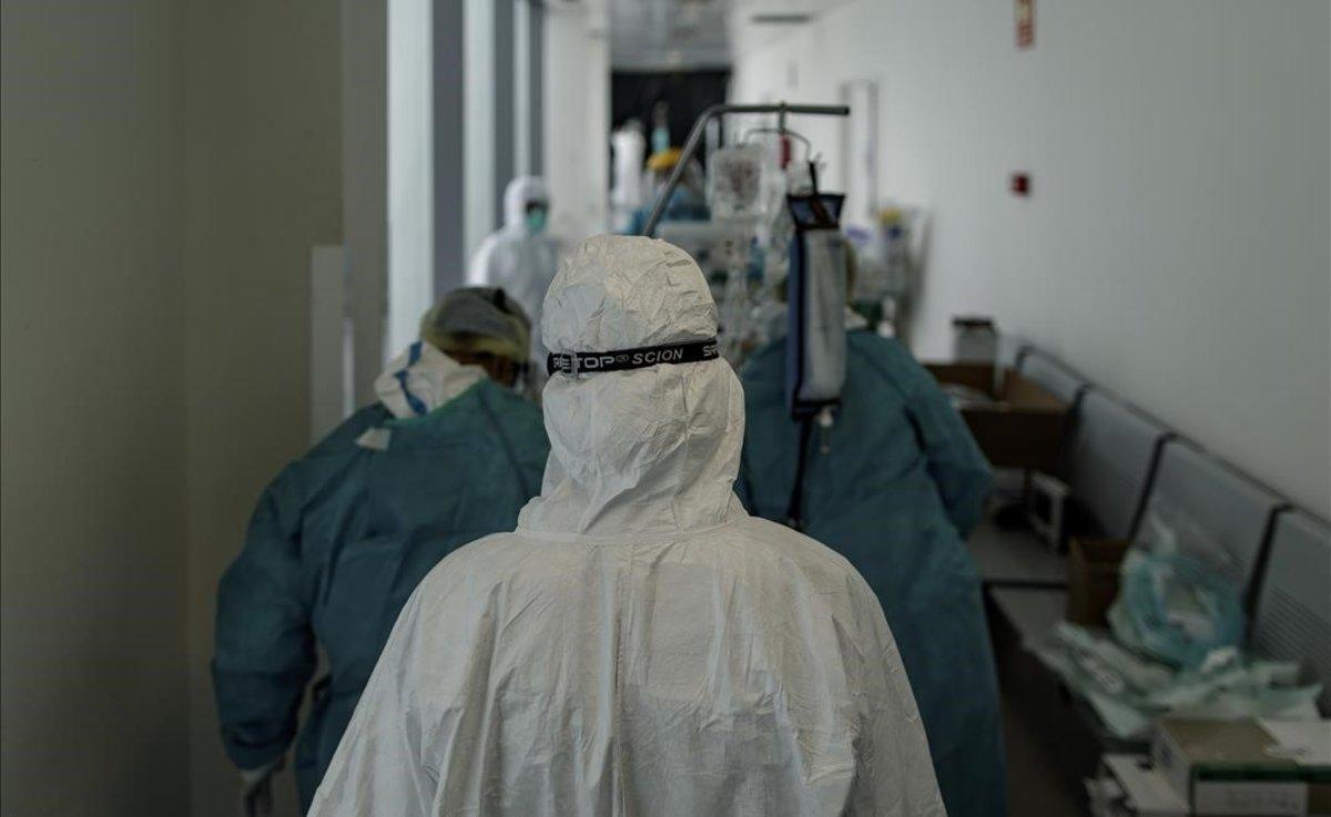 Personal sanitario en la UCI del Hospital Infanta Sofía, en San Sebastián de los Reyes.