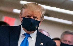 Donald Trump usando mascarilla por coronavirus.