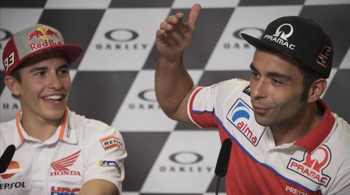Dani Petrucci, a la derecha, bromea con Marc Márquez, con quien mantiene una buena relación, en la conferencia de prensa de Mugello.
