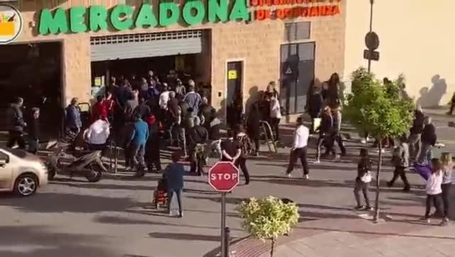 Decenas de personas instentan entrar en un Mercadona de Murcia.