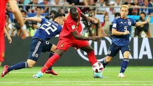 El delantero belga Lukaku intenta controlar el balón entre Yoshida y Nagatomo