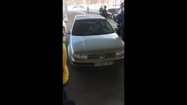 Un delincuente marroquí pasó a territorio español embistiendo con su coche los controles de la frontera de El Tarajal (Ceuta).
