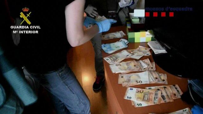 La Guardia Civil y los Mossos d'Esquadra, en el marco de la operación CÓRSICA-XINO desarrollada en Barcelona, Sevilla, Tarragona y Huelva, han desarticulado una banda dedicada al blanqueo de capitales procedentes del tráfico ilícito de armas y del tráfico de drogas que operaba en todo el territorio nacional, y por la que se ha detenido a nueve personas.