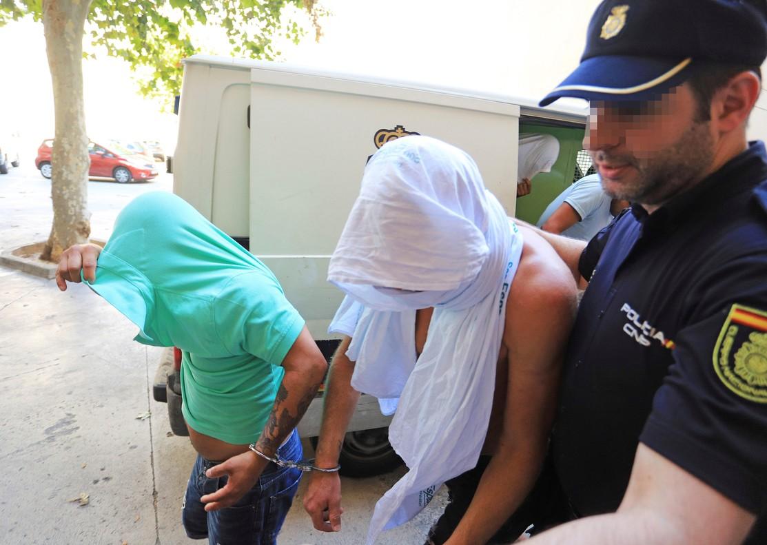 Jan Ullrich, con un trapo blanco, a su entrada a los juzgados de Palma.