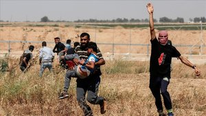 Un niño palestino herido por las fuerzas israelíses evacuado durante los enfrentamientos en Gaza por el Día del Nakba.