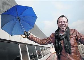 El dibujante David Rubín, días atrás en Barcelona. Abajo, en la silueta, la heroína Aurora West.