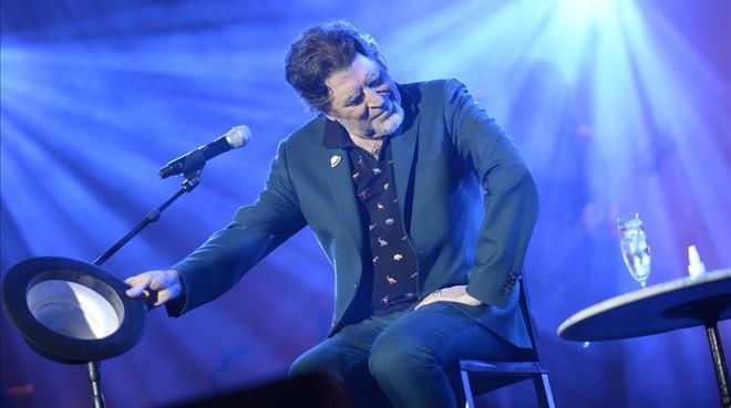 Sabina saluda al público del concierto de este sábado en Madrid.