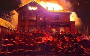La polémica imagen de los bomberos de Detroit.