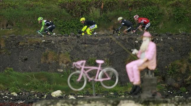 Els corredors del Giro han vist aquest dissabte moltes referències en rosa, durant el pas de la carrera per carreteres dIrlanda del Nord.
