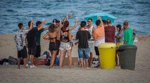 Encuentro de más de 10 personas en la playa del Bogatell de Barcelona, sin respetar las medidas de higiene y seguridad, el pasado 24 de agosto.