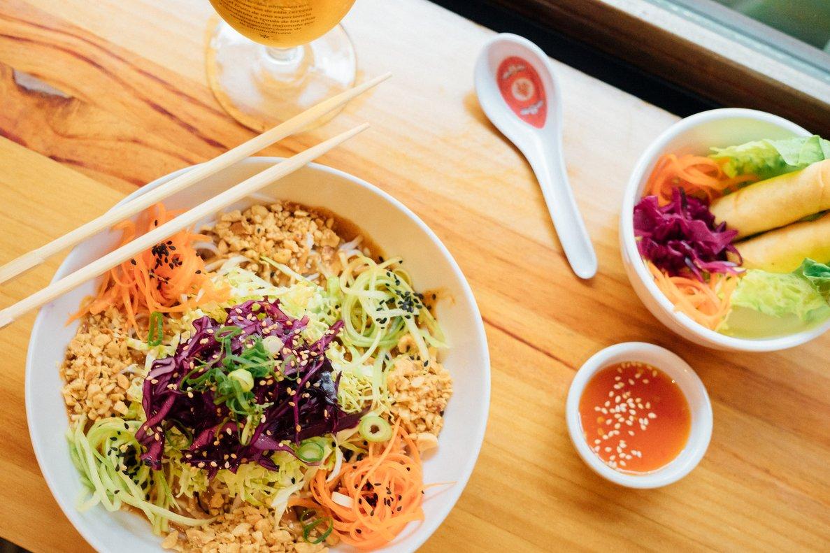 Ensalada de 'noodles'con salsa de cacahuetes y rollitos de primavera de Dr. Zhang.