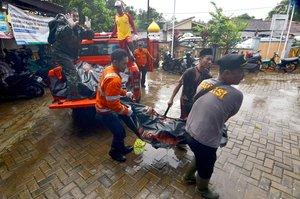 Equipos de rescate trasladan un cadáver, en Carita (Indonesia), tras el tsunami.