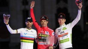 Ernesto Valverde, junto a Primoz Roglic y Tadej Pogacar, en la Vuelta.