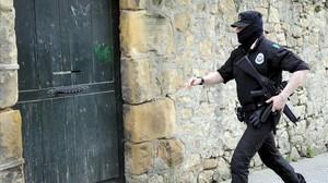 Un ertzaina participa en una de las detenciones de la Operación Javaen el País Vasco.