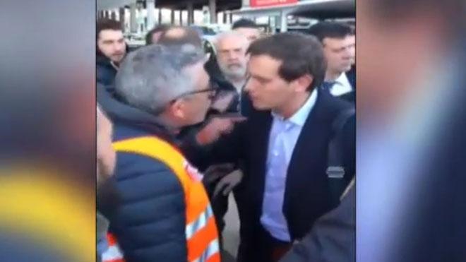 Escrache de los taxistas a Albert Rivera en la estación de Atocha en Madrid.