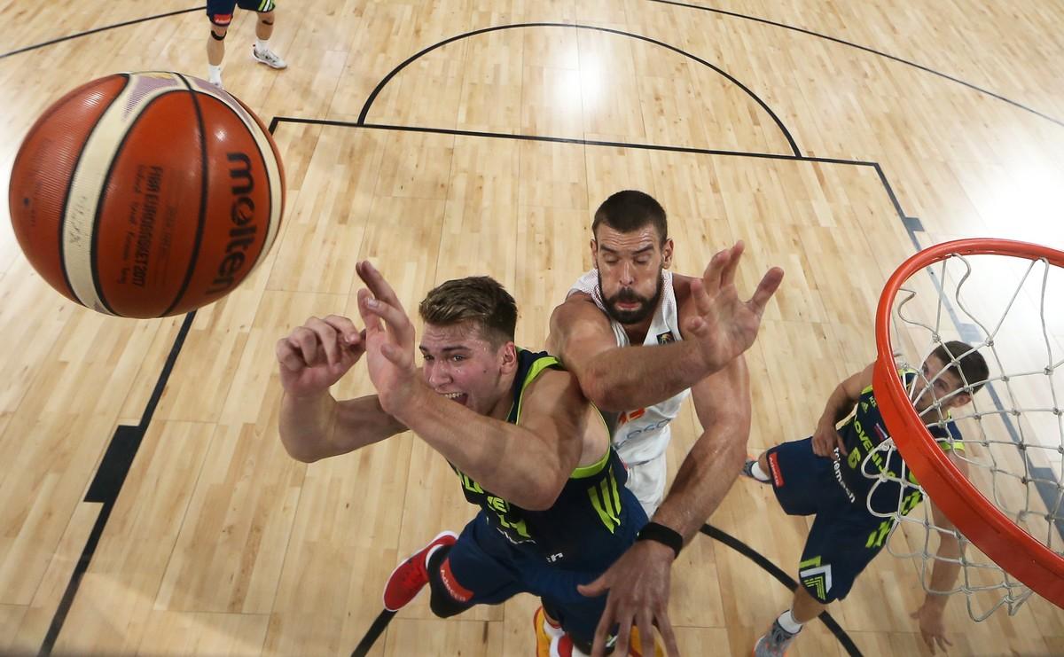 TUR10 - ESTAMBUL (TURQUÍA), 14/9/2017.- Marc Gasol (c) en acción ante Anthony Randolph (i) de Eslovenia hoy, jueves 14 de septiembre de 2017, durante su juego de la semi final de Eurobasket 2017, en Estambul (Turquía). EFE/TOLGA BOZOGLU